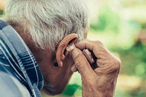 Mất thị lực và thính lực có liên quan đến chứng mất trí nhớ