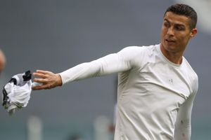 Ronaldo ném áo sau trận đấu của Juventus