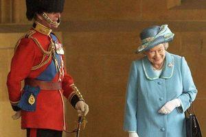 Lý do nữ hoàng Anh cười khúc khích trong bức ảnh với Hoàng thân Philip