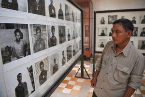 Ảnh nạn nhân Khmer Đỏ bị vẽ miệng cười, Campuchia đòi họa sĩ xin lỗi