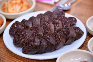 Cửa tiệm Hàn Quốc làm 400 phần dồi tiết lợn mỗi ngày