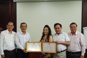 Trao Bằng khen của Chủ tịch UBND tỉnh cho vợ chồng doanh nhân Huỳnh Uy Dũng
