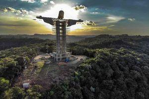 Cận cảnh bức tượng Chúa Jesus khổng lồ đang được xây dựng