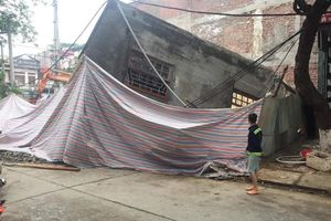 Hiện trường nhà 3 tầng đổ sập trong đêm, một cụ bà thoát chết