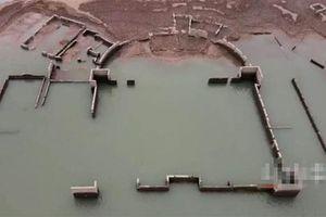 Hạn hán khiến nước hồ chạm đáy, lộ ra tòa nhà cổ cực bí ẩn