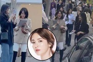 Mỹ nhân độc thân Song Hye Kyo rạng ngời trẻ trung qua ảnh chụp lén