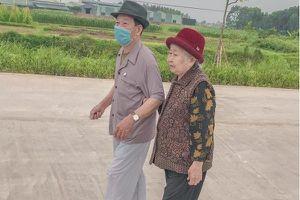 'Tình bể bình' khoảnh khắc vợ chồng U90 ở Quảng Ninh dắt tay nhau đi làm căn cước công dân