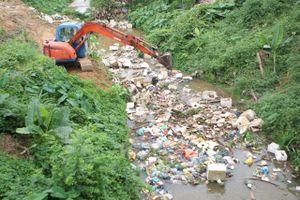 'Sông muốn sạch, suối phải sạch', hàng trăm thanh niên chung tay dọn bãi rác 'khủng'