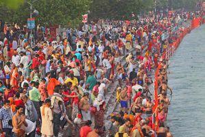 Người dân Ấn Độ chen chúc đi tắm sông bất chấp dịch bệnh