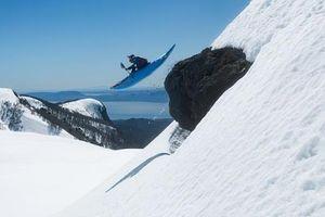 Khoảnh khắc người đàn ông bất chấp tính mạng lao từ ngọn núi tuyết cao hơn 2000m