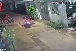 Rợn người cảnh cháu bé lao sang đường bị xe máy húc trực diện bất tỉnh