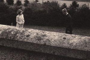Bức ảnh lần đầu gặp gỡ giữa Nữ hoàng Elizabeth và Hoàng thân Philip: Tình đầu cũng là tình cuối của nhau