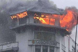 Khách sạn ở TP.HCM bốc cháy dữ dội trong mưa
