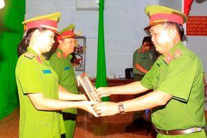 Nhiều tập thể, cá nhân Công an huyện Thoại Sơn nhận giấy khen đột xuất của Công an tỉnh và UBND huyện