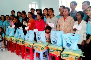 Tặng quà đến 50 hộ đồng bào dân tộc nghèo, cận nghèo