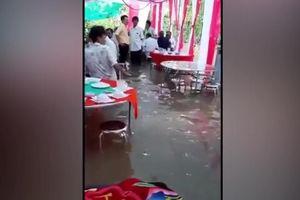 Clip: Quan khách bì bõm lội nước ăn cỗ cưới