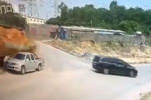 Suýt bị xe tải chờ đất đè trúng, người đàn ông thoát chết trong gang tấc