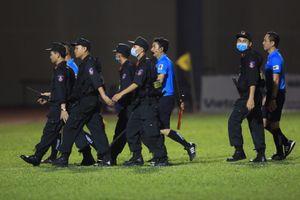 Cầu thủ, HLV TP.HCM nổi loạn, cảnh sát cơ động hộ tống trọng tài rời sân