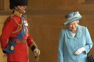Bức hình Nữ hoàng Anh 'cười khúc khích' với Hoàng tế Philip đang gây bão MXH cùng câu chuyện ngỡ ngàng phía sau