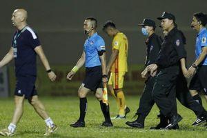 Tấn công trọng tài, thủ môn CLB TP.HCM đối mặt án phạt nguội