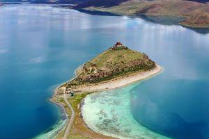 Ngôi đền cô đơn nằm giữa hồ nước Tây Tạng