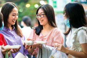 Cảnh chen chúc đi ăn ở phố ẩm thực Hồ Thị Kỷ tại TP.HCM