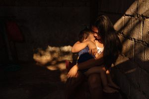 Thảm cảnh của những người mẹ ôm con khi tay bị còng vào giường