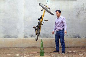 Người đàn ông Trung Quốc nổi tiếng với tài cân bằng đồ vật