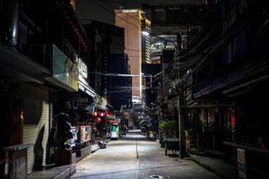 Dịch bùng trở lại, phố xá Thái Lan tối đèn giữa tết Songkran