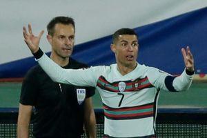 Trợ lý trọng tài trả giá vì sai lầm với Ronaldo
