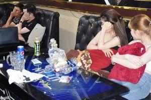 Phát hiện nhóm thanh niên hát karaoke cùng dàn 'tay vịn' dương tính với ma túy
