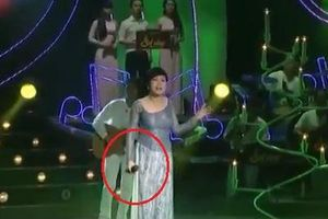 Cộng đồng mạng thán phục màn hát live để micro dưới tận bụng của Phương Thanh