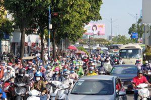 Cửa ngõ TPHCM ùn tắc kinh hoàng, hàng nghìn người 'chôn chân' dưới cái nắng gay gắt