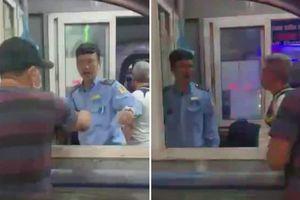 Chặn xe cứu thương quyết đòi 10.000 đồng phí ra cổng bến xe: Do 'nhân viên mới'?