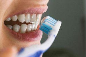 Đánh răng trước hay sau khi ăn sáng mới đúng?