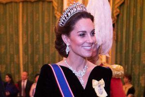 Bí ẩn tủ đồ Hoàng gia: Thông điệp ẩn giấu trong phụ kiện của phụ nữ Hoàng gia