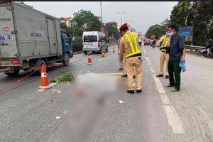 Hưng Yên: Nam thanh niên đi xe đạp gặp nạn nằm bất động giữa đường rồi container cán qua người