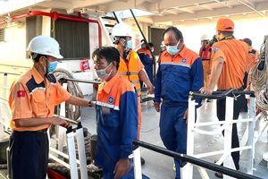 Cứu 6 thuyền viên tàu cá bị chìm trên biển
