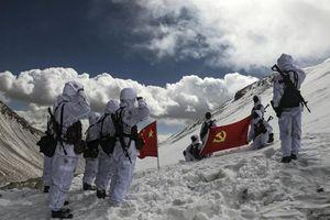 Lính Trung Quốc bị chứng say độ cao khi đóng quân ở Tây Tạng
