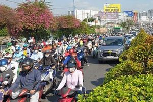 Cửa ngõ vào trung tâm Sài Gòn ùn tắc không lối thoát, ô tô và xe máy chen nhau dàn hàng kín mặt đường