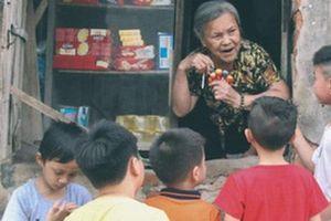 Có một cửa tiệm 60 năm của 'bà trùm tạp hóa' ở Hà Nội khiến ai đi qua cũng nhớ về tuổi thơ