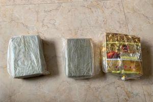 Gặp Cảnh sát, đôi nam nữ bỏ chạy lộ 4 bánh heroin