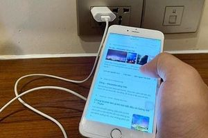 Vì sao nên bỏ thói quen sử dụng điện thoại trong lúc sạc pin?