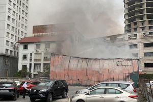 Khói lửa nghi ngút cạnh bãi xe, hàng chục ô tô tháo chạy