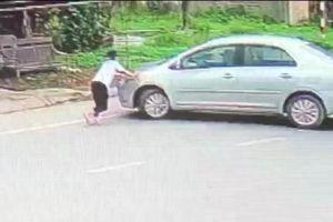 Nghệ An: Thót tim bé gái chặn đầu xe ô tô vì tài xế mua bia không trả tiền
