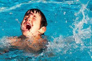 Sảy chân xuống chỗ nước dâng cao khi đang tắm, bé 8 tuổi tử vong thương tâm