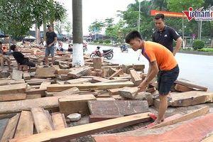 Chợ hàng trăm gian bán gỗ quý bán theo cân, người mua tấp nập