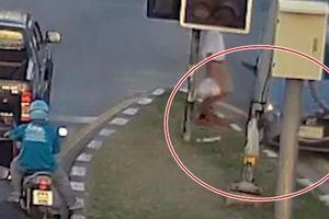 Vừa chơi game vừa lái xe, tài xế tông cột suýt 'lấy mạng' người