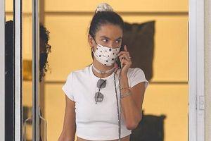 Alessandra Ambrosio diện croptop khoe eo thon đi mua sắm ở Los Angeles