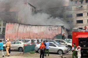 Cháy xưởng in trên phố Định Công, loạt xe tiền tỷ hối hả bỏ chạy